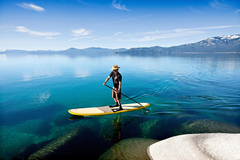 ¿Cómo se llama el deporte acuático con tabla y remo que está tan de moda?